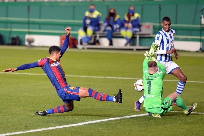 Barca vào Chung kết Siêu cúp Tây Ban Nha sau loạt luân lưu cân não - Ảnh 4.