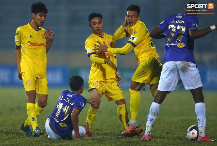 Ngoại binh Hà Nội FC gạt tay trúng má cầu thủ Nam Định, bị CĐV ném chai nước suýt trúng người - ảnh 1