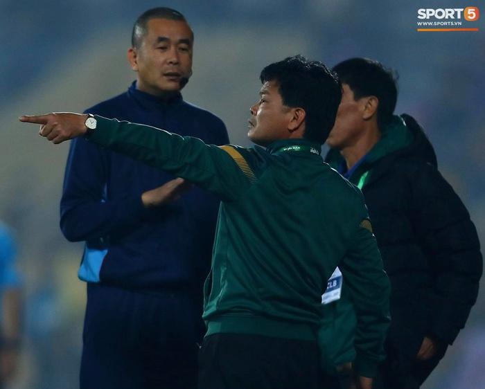 Ngoại binh Hà Nội FC gạt tay trúng má cầu thủ Nam Định, bị CĐV ném chai nước suýt trúng người - Ảnh 7.