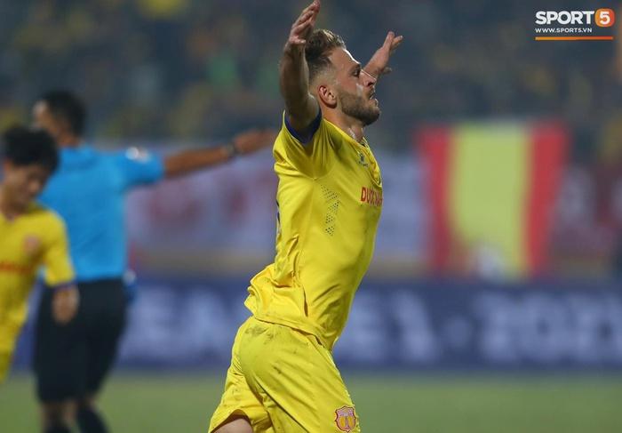 Ngoại binh Hà Nội FC gạt tay trúng má cầu thủ Nam Định, bị CĐV ném chai nước suýt trúng người - Ảnh 8.