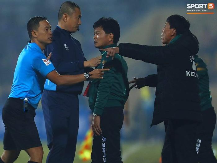 Ngoại binh Hà Nội FC gạt tay trúng má cầu thủ Nam Định, bị CĐV ném chai nước suýt trúng người - Ảnh 6.