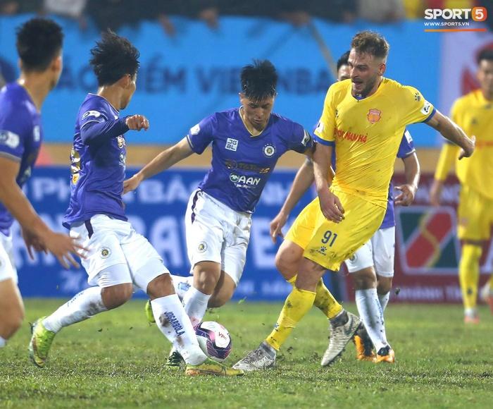 Ngoại binh Hà Nội FC gạt tay trúng má cầu thủ Nam Định, bị CĐV ném chai nước suýt trúng người - Ảnh 9.