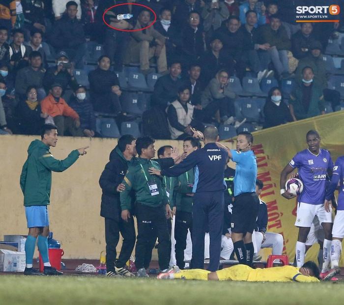 Ngoại binh Hà Nội FC gạt tay trúng má cầu thủ Nam Định, bị CĐV ném chai nước suýt trúng người - Ảnh 3.