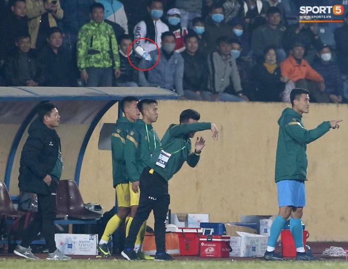 Ngoại binh Hà Nội FC gạt tay trúng má cầu thủ Nam Định, bị CĐV ném chai nước suýt trúng người - Ảnh 4.