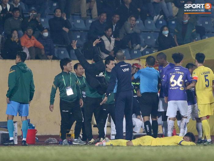 Ngoại binh Hà Nội FC gạt tay trúng má cầu thủ Nam Định, bị CĐV ném chai nước suýt trúng người - ảnh 4