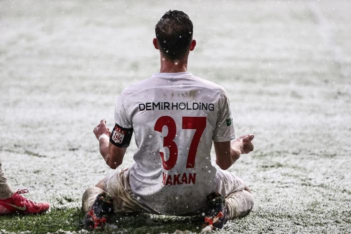 Đội bóng Thổ Nhĩ Kỳ cosplay đối thủ của U23 Việt Nam tại chung kết Thường Châu 2018: Tàng hình trong tuyết làm khán giả mỏi mắt tìm kiếm - Ảnh 8.