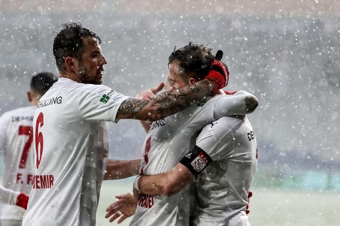 Đội bóng Thổ Nhĩ Kỳ cosplay đối thủ của U23 Việt Nam tại chung kết Thường Châu 2018: Tàng hình trong tuyết làm khán giả mỏi mắt tìm kiếm - Ảnh 7.