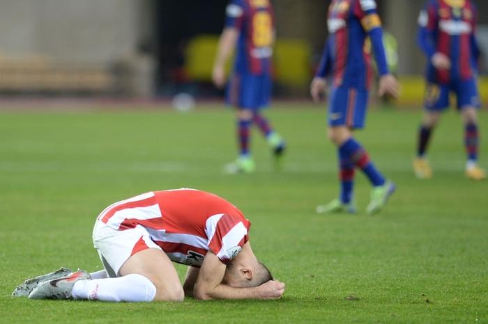 """Đồng đội Messi ôm mặt giấu nỗi buồn, cầu thủ Bilbao """"hoá trang"""" thành ngư dân sau chung kết Siêu Cúp Tây Ban Nha - Ảnh 1."""