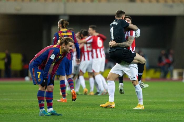 """Đồng đội Messi ôm mặt giấu nỗi buồn, cầu thủ Bilbao """"hoá trang"""" thành ngư dân sau chung kết Siêu Cúp Tây Ban Nha - Ảnh 2."""