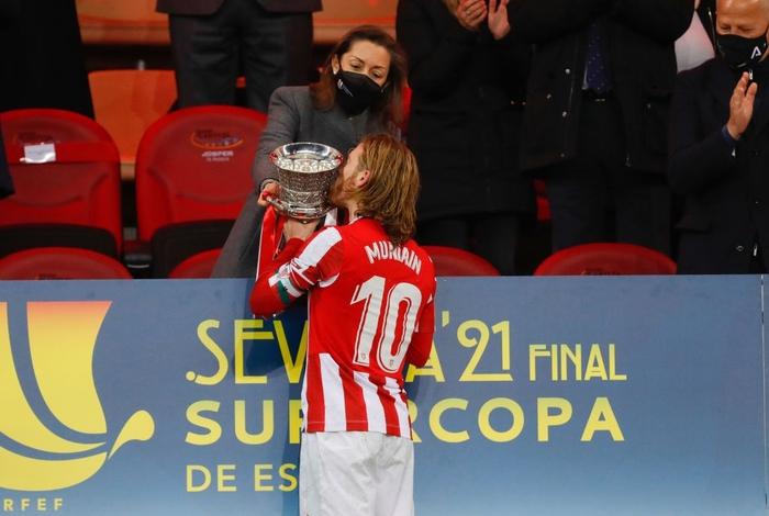 """Đồng đội Messi ôm mặt giấu nỗi buồn, cầu thủ Bilbao """"hoá trang"""" thành ngư dân sau chung kết Siêu Cúp Tây Ban Nha - Ảnh 7."""