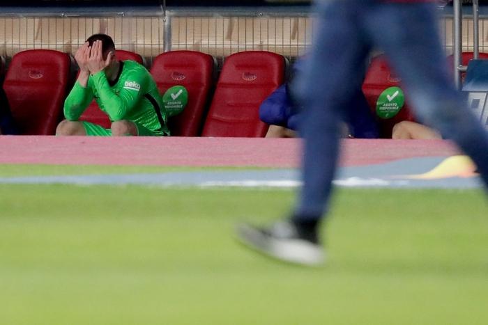 """Đồng đội Messi ôm mặt giấu nỗi buồn, cầu thủ Bilbao """"hoá trang"""" thành ngư dân sau chung kết Siêu Cúp Tây Ban Nha - Ảnh 3."""