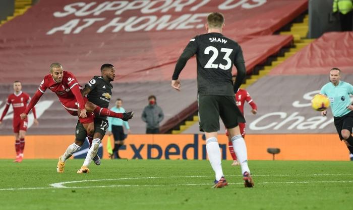 Bất phân thắng bại với kình địch Liverpool, Man Utd vững vàng trên ngôi đầu - Ảnh 10.