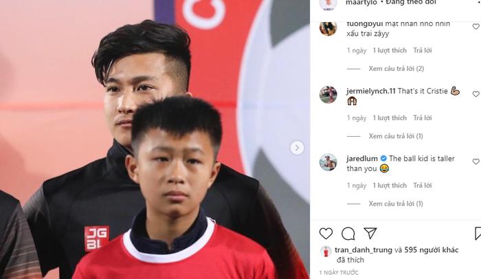 """Cầu thủ Việt kiều bị troll vì """"lùn"""" hơn cả cậu bé mascot - Ảnh 1."""