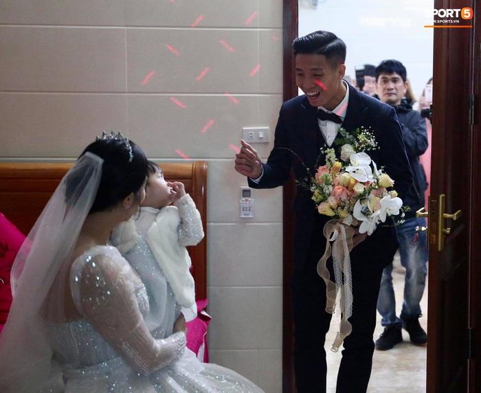 Bùi Tiến Dũng ân cần nâng váy cho Khánh Linh, cùng nhau khóa môi ngọt ngào trên sân khấu - Ảnh 1.
