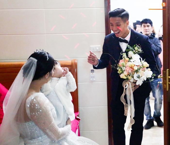 Bùi Tiến Dũng hạnh phúc đón cả vợ và con gái về dinh trong ngày cưới - Ảnh 1.