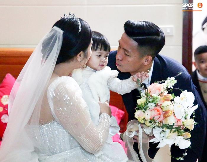 Bùi Tiến Dũng hạnh phúc đón cả vợ và con gái về dinh trong ngày cưới - Ảnh 2.