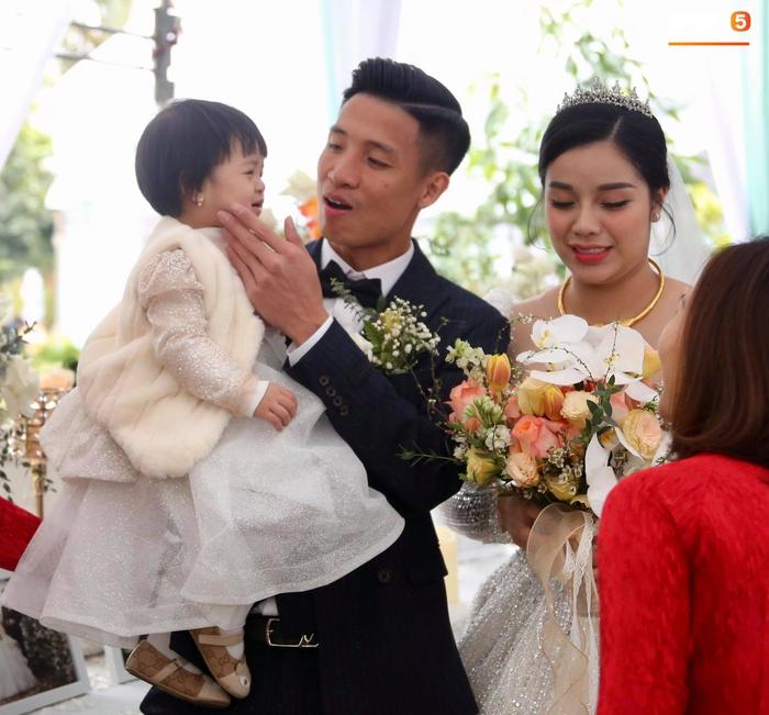 Bùi Tiến Dũng hạnh phúc đón cả vợ và con gái về dinh trong ngày cưới - Ảnh 6.