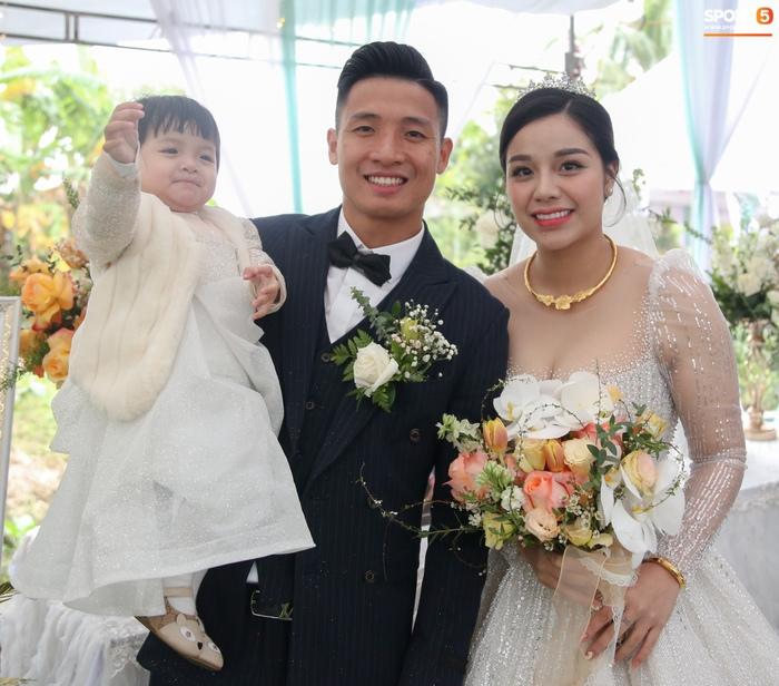 Khánh Linh gặp sự cố với váy cưới, phải nhờ Bùi Tiến Dũng giải nguy - Ảnh 6.
