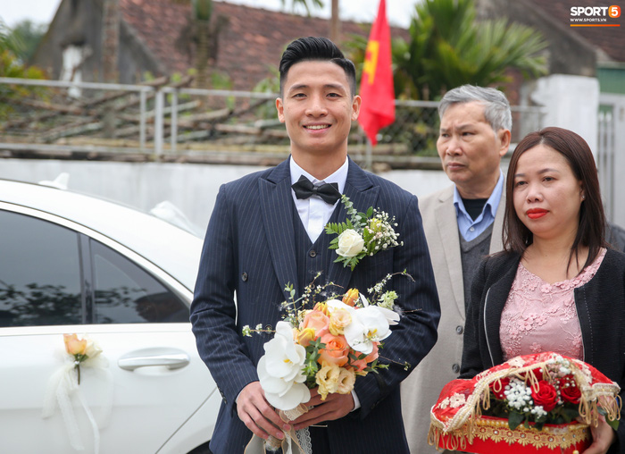 Khánh Linh gặp sự cố với váy cưới, phải nhờ Bùi Tiến Dũng giải nguy - Ảnh 7.