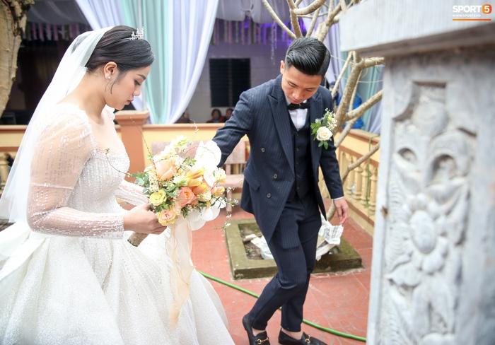 Khánh Linh gặp sự cố với váy cưới, phải nhờ Bùi Tiến Dũng giải nguy - Ảnh 1.