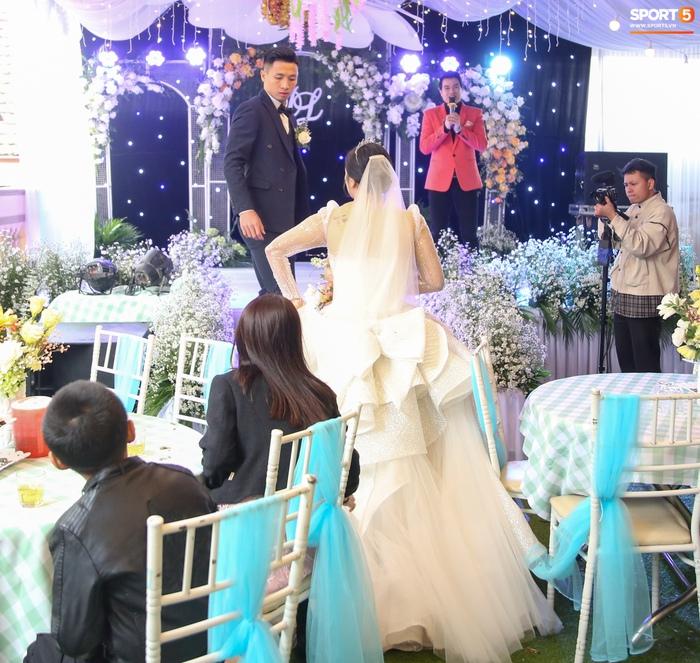 Khánh Linh gặp sự cố với váy cưới, phải nhờ Bùi Tiến Dũng giải nguy - Ảnh 2.