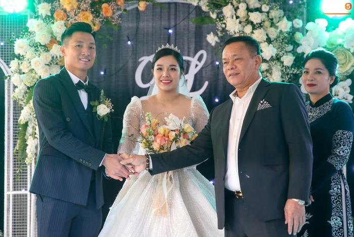 Khánh Linh gặp sự cố với váy cưới, phải nhờ Bùi Tiến Dũng giải nguy - Ảnh 4.