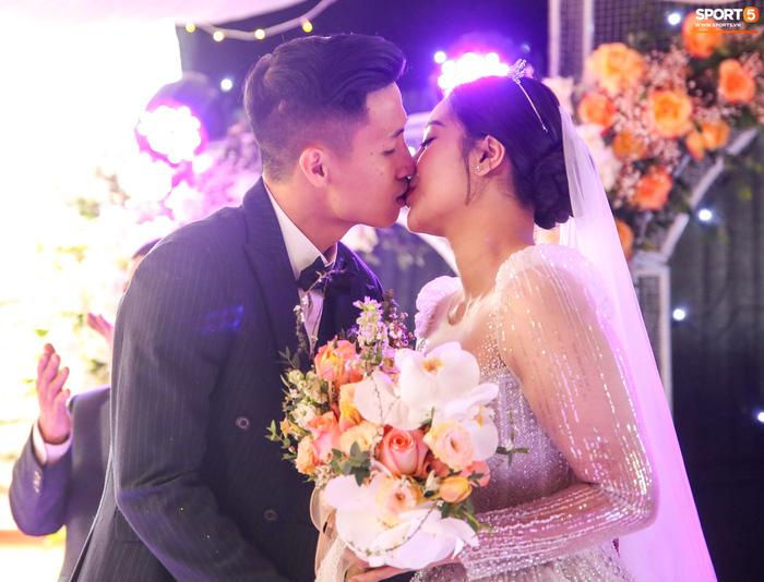 Khánh Linh gặp sự cố với váy cưới, phải nhờ Bùi Tiến Dũng giải nguy - Ảnh 5.