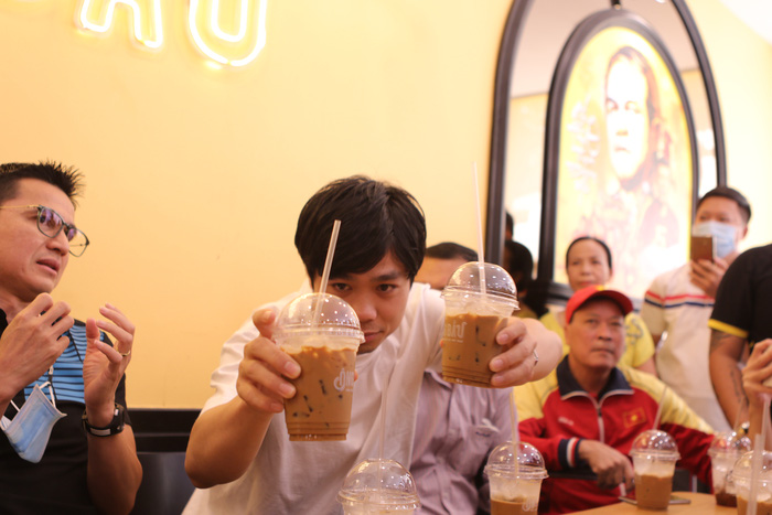 HLV Kiatisuk vui vẻ đến ủng hộ quán cà phê của học trò, được thưởng thức đồ uống do Công Phượng trực tiếp pha chế - Ảnh 4.