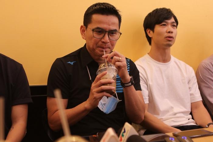 HLV Kiatisuk vui vẻ đến ủng hộ quán cà phê của học trò, được thưởng thức đồ uống do Công Phượng trực tiếp pha chế - Ảnh 5.