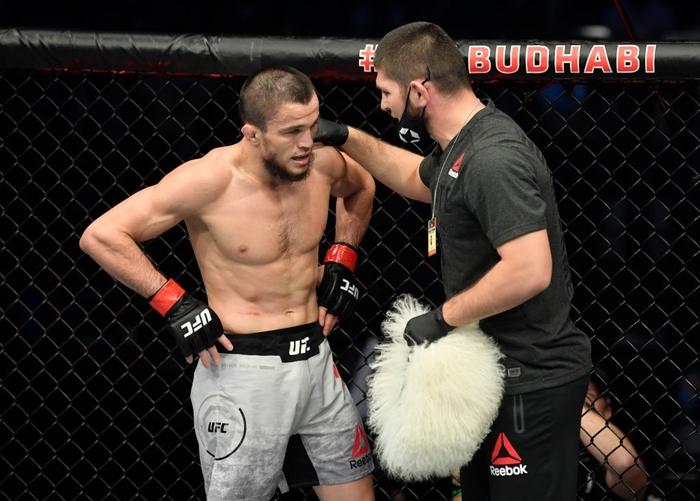 Em họ của Khabib ra mắt ấn tượng tại UFC, khóa bất tỉnh đối thủ ngay ở hiệp 2 - Ảnh 4.