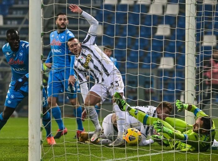 Ronaldo lại sắm vai người hùng giúp Juventus giành danh hiệu đầu tiên mùa này - Ảnh 5.