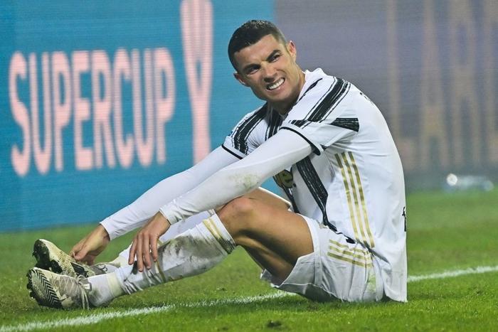 Ronaldo cười toe toét, hạnh phúc hôn cúp vô địch trong ngày chính thức trở thành CHÂN SÚT VĨ ĐẠI NHẤT lịch sử - Ảnh 7.