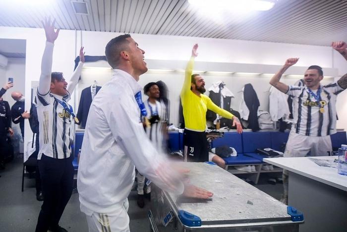 Ronaldo cười toe toét, hạnh phúc hôn cúp vô địch trong ngày chính thức trở thành CHÂN SÚT VĨ ĐẠI NHẤT lịch sử - Ảnh 5.