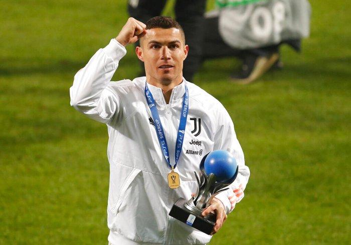 Ronaldo cười toe toét, hạnh phúc hôn cúp vô địch trong ngày chính thức trở thành CHÂN SÚT VĨ ĐẠI NHẤT lịch sử - Ảnh 9.