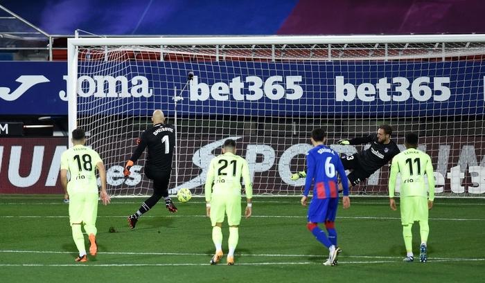 """Đội bóng La Liga """"chơi lớn"""" khi để thủ môn lên sút phạt đền - Ảnh 3."""