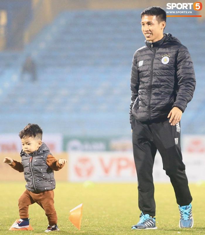 Con trai Hùng Dũng tinh nghịch trên sân trước trận Hà Nội FC gặp CLB Bình Dương - Ảnh 3.