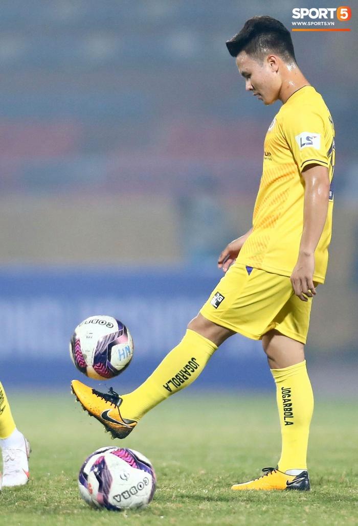 Con trai Hùng Dũng tinh nghịch trên sân trước trận Hà Nội FC gặp CLB Bình Dương - Ảnh 7.