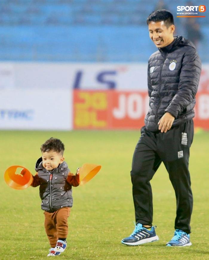 Con trai Hùng Dũng tinh nghịch trên sân trước trận Hà Nội FC gặp CLB Bình Dương - Ảnh 2.