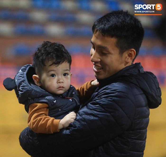 Con trai Hùng Dũng tinh nghịch trên sân trước trận Hà Nội FC gặp CLB Bình Dương - Ảnh 1.