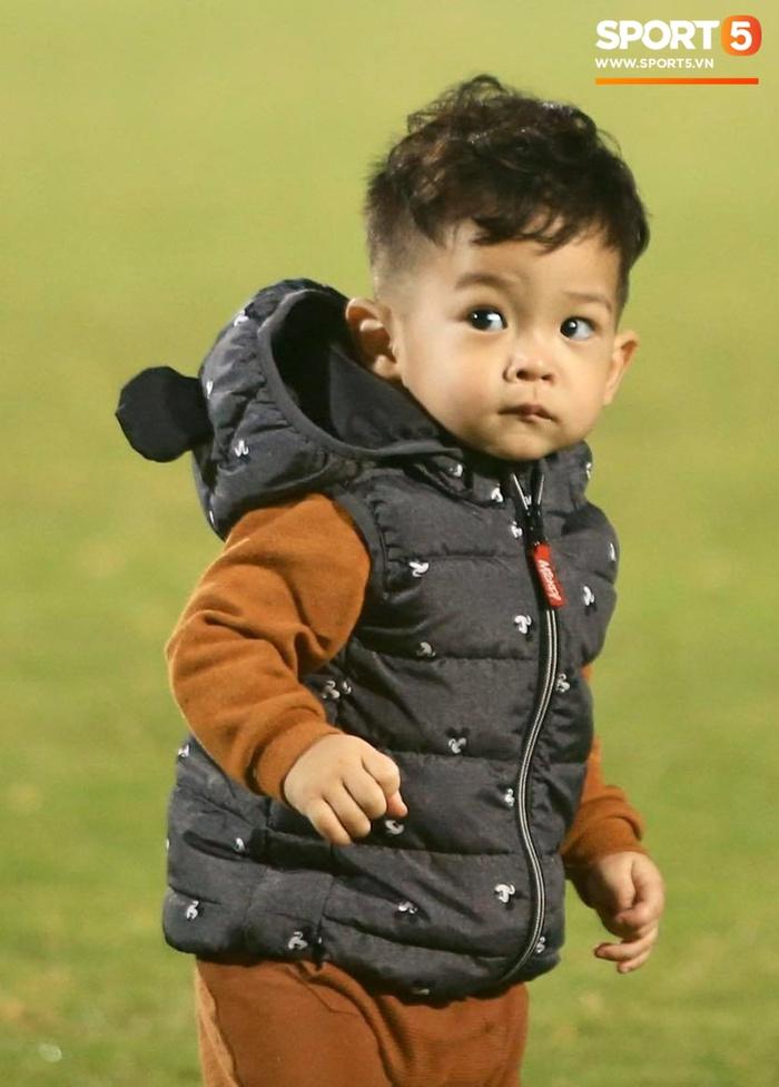 Con trai Hùng Dũng tinh nghịch trên sân trước trận Hà Nội FC gặp CLB Bình Dương - Ảnh 4.