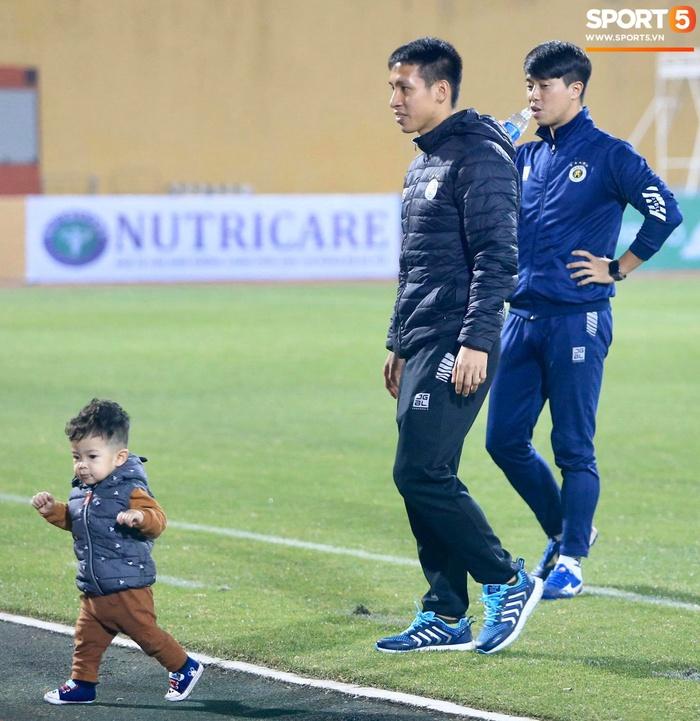Con trai Hùng Dũng tinh nghịch trên sân trước trận Hà Nội FC gặp CLB Bình Dương - Ảnh 5.