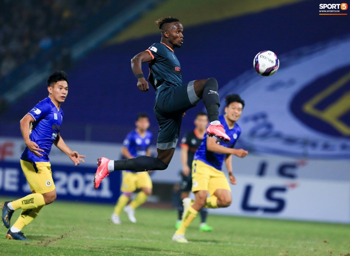 Pha bóng Tiến Linh giật gót tinh tế rồi ghi bàn hạ Hà Nội FC xứng đáng ghi vào sách giáo khoa - Ảnh 8.