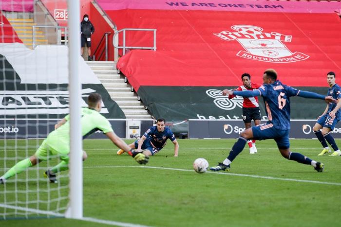 Hậu vệ phản lưới nhà, Arsenal cay đắng rời FA Cup  - Ảnh 3.