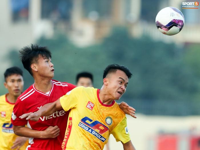 """HLV Viettel chê mặt sân Thanh Hoá khiến cầu thủ """"toàn chuyền dài"""" - Ảnh 2."""