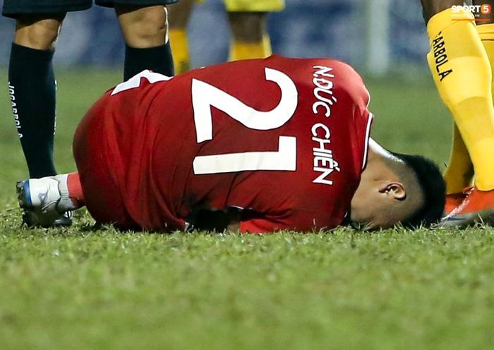 Thêm một tuyển thủ Việt Nam đứt dây chằng, nghỉ hết mùa giải 2021 - Ảnh 1.