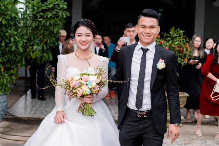 Vợ Xuân Mạnh khoe nhan sắc rạng ngời trong ngày cưới - Ảnh 1.
