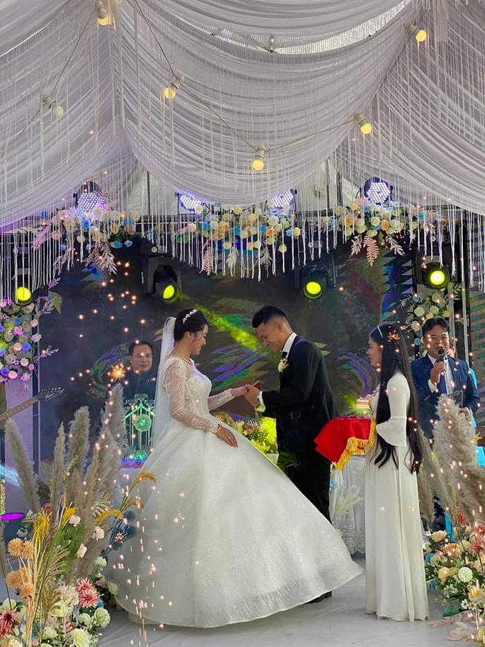 Vợ Xuân Mạnh khoe nhan sắc rạng ngời trong ngày cưới - Ảnh 2.