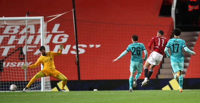 Dùng tiểu xảo hét toáng lên, cầu thủ Liverpool vẫn không thể ngăn tài năng trẻ MU ghi bàn - ảnh 2