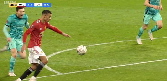 Dùng tiểu xảo hét toáng lên, cầu thủ Liverpool vẫn không thể ngăn tài năng trẻ MU ghi bàn - ảnh 1