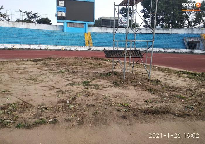 """Sân bóng Lạch Tray dọn dẹp triệt để """"vườn rau"""", cấm hoạt động chăn nuôi gia cầm trong sân vận động - Ảnh 2."""
